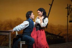 "Vittorio Grigolo i Aleksandra Kurzak w ""Napoju miłosnym"" Gaetano Donizettiego, The Metropolitan Opera"